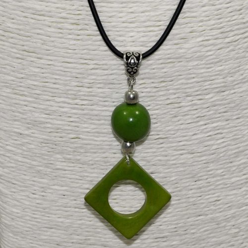 Pendentif design tagua teintée vert