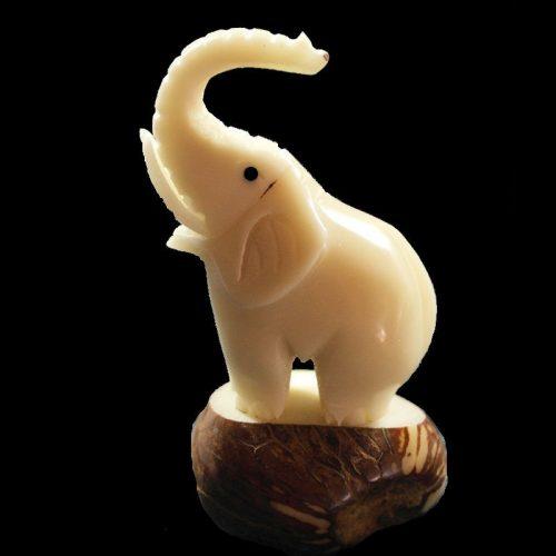 Eléphant taillé dans la graine de tagua