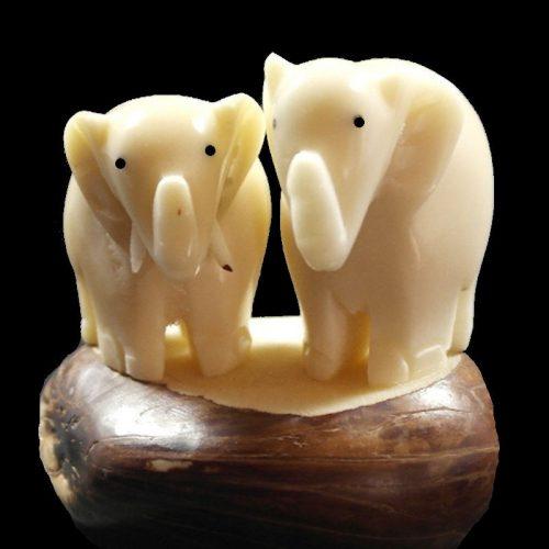 Eléphants taillés dans la graine de tagua