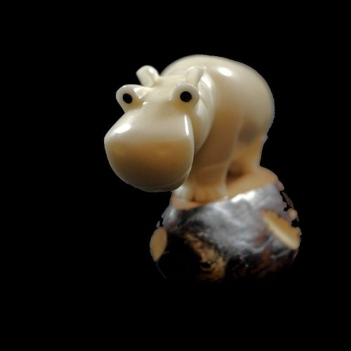 Hippopotame taillé dans la graine de tagua