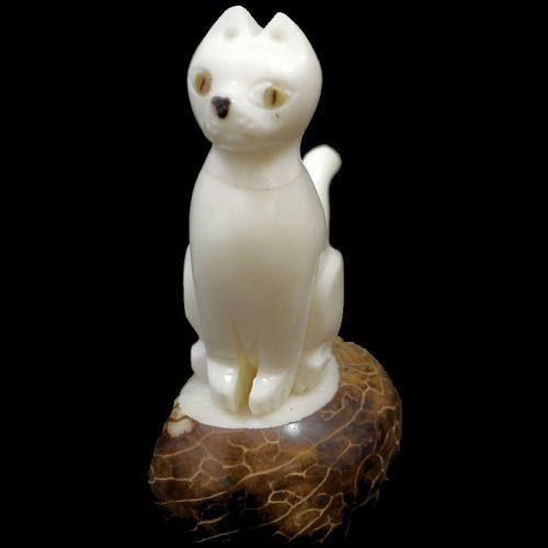 Chat taillé dans la graine de tagua
