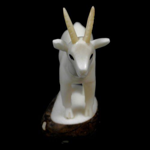 Chèvre taillée dans la graine de tagua