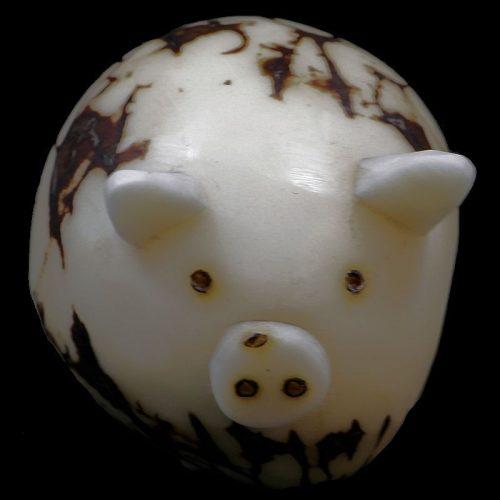 Cochon taillé dans la graine de tagua