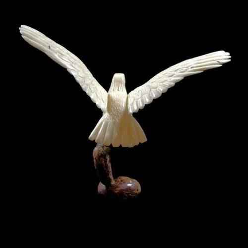Aigle royal taillé dans la graine de tagua
