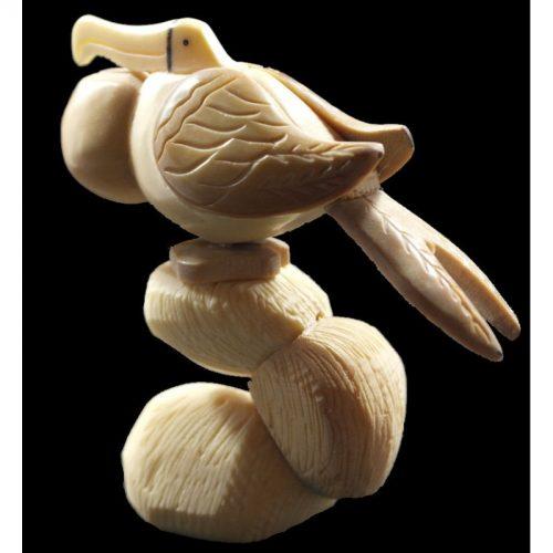 Frégate taillée dans la graine de tagua