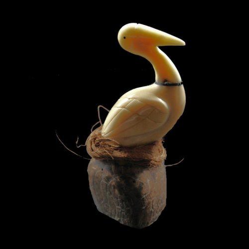 Pélican taillé dans la graine de tagua