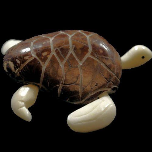 Tortue marine taillée dans la graine de tagua