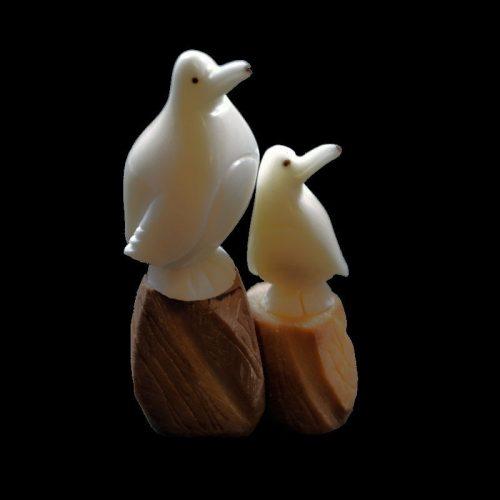 Pingouins taillés dans la graine de tagua