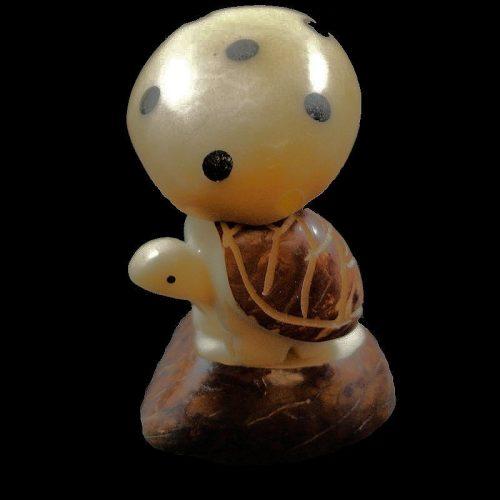 Tortue champignon taillée dans la graine de tagua