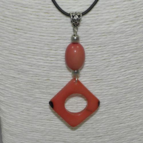 Pendentif design tagua teintée rose