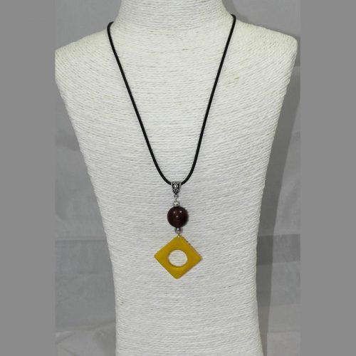 Pendentif design tagua teintée jaune