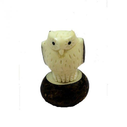 Hibou taillé dans la graine de tagua
