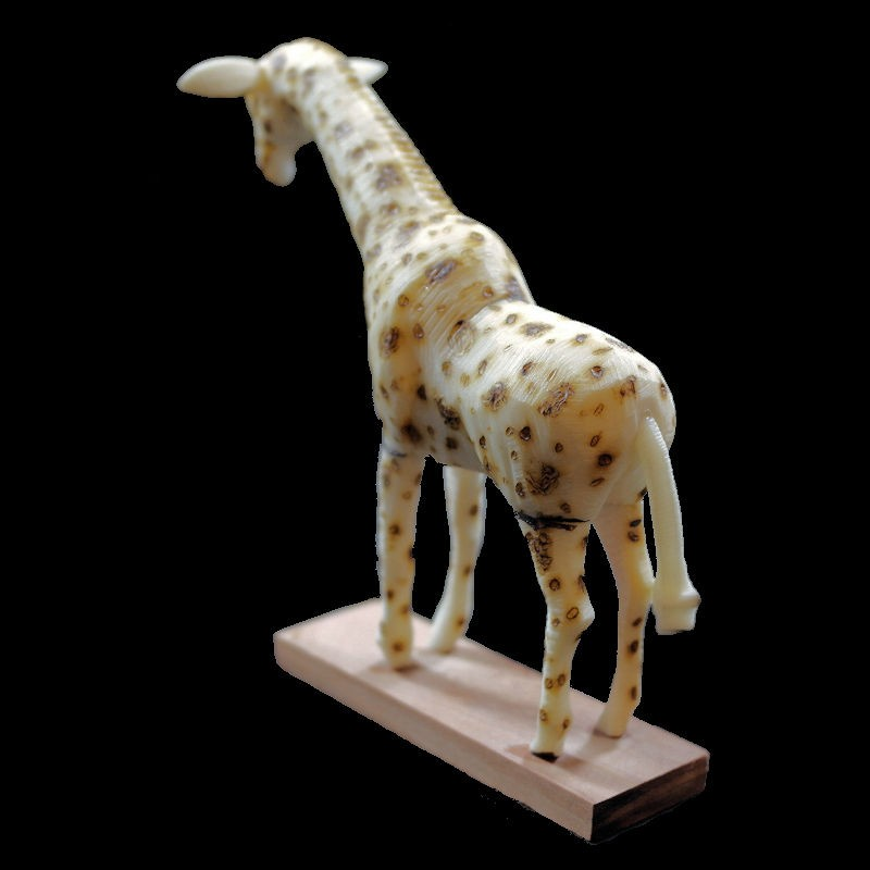 Girafe taillée dans la graine de tagua