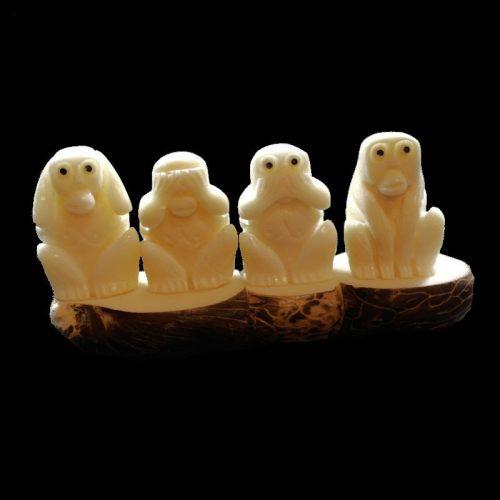 Les singes de la sagesse taillés dans la graine de tagua