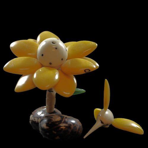 Colibri sur fleur taillé dans la graine de tagua