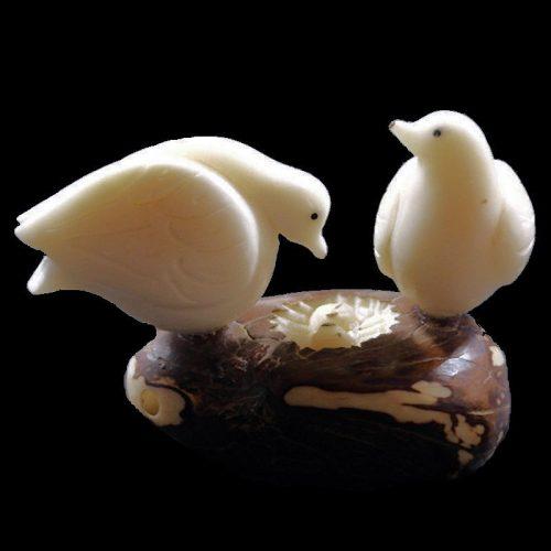 Tourterelles taillées dans la graine de tagua