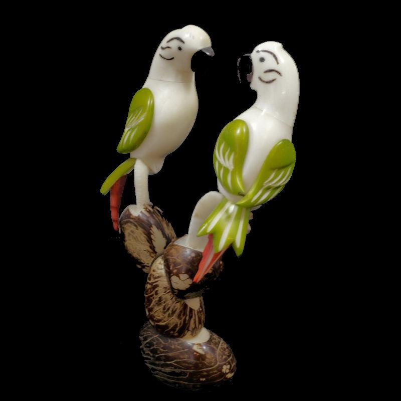 Perroquets taillés dans la graine de tagua