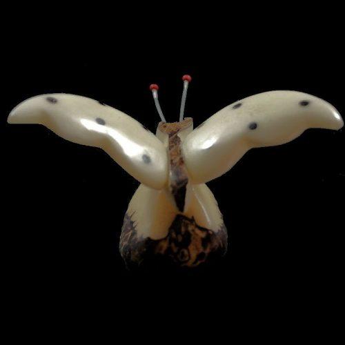Papillon taillé dans la graine de tagua