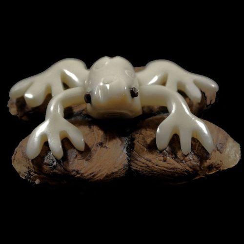 Grenouille tallée dans la graine de tagua