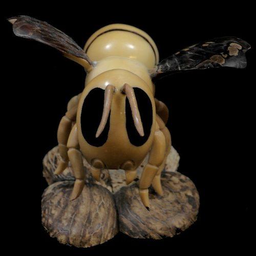 Abeille taillée dans la graine de tagua
