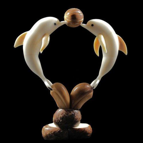 Dauphins taillés dans la graine de tagua