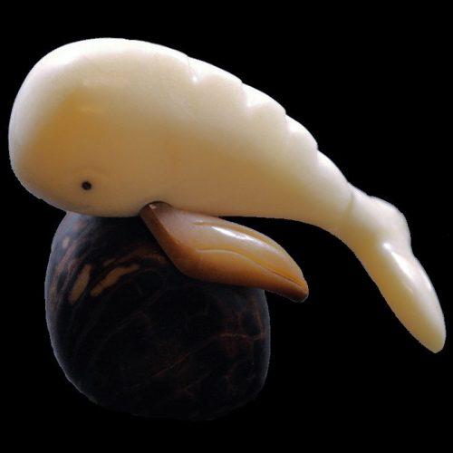 Baleine taillée dans la graine de tagua