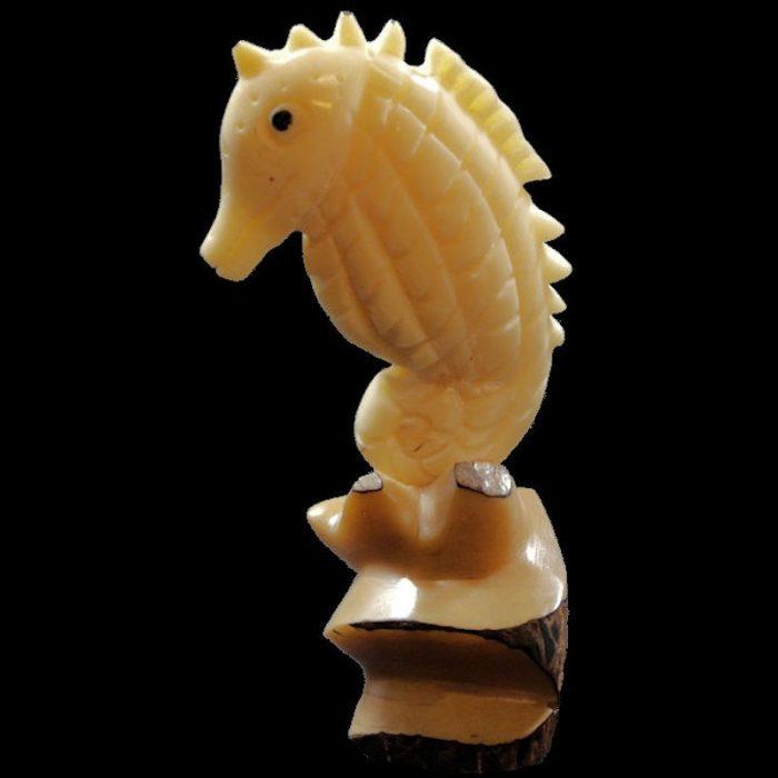 Hippocampe taillé dans la graine de tagua