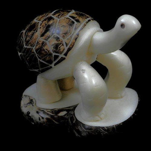Tortue taillée dans la graine de tagua