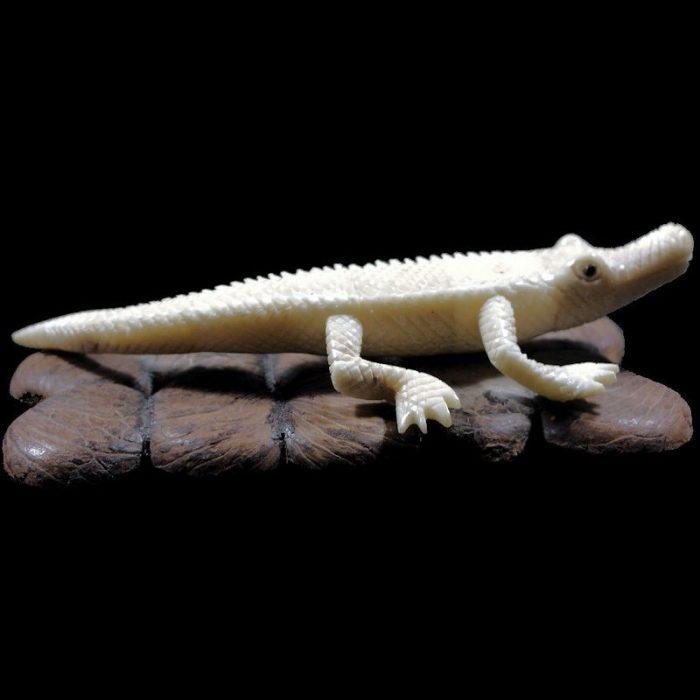 Crocodile taillé dans la graine de tagua