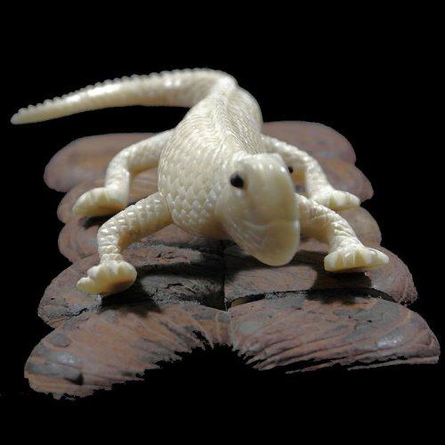 Iguane taillé dans la graine de tagua