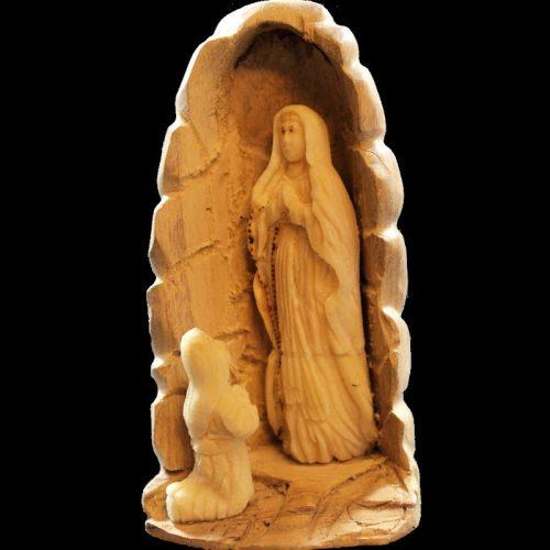 Notre dame de Lourdes taillée dans la graine de tagua