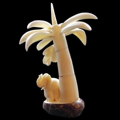 Bananier taillé dans la graine de tagua