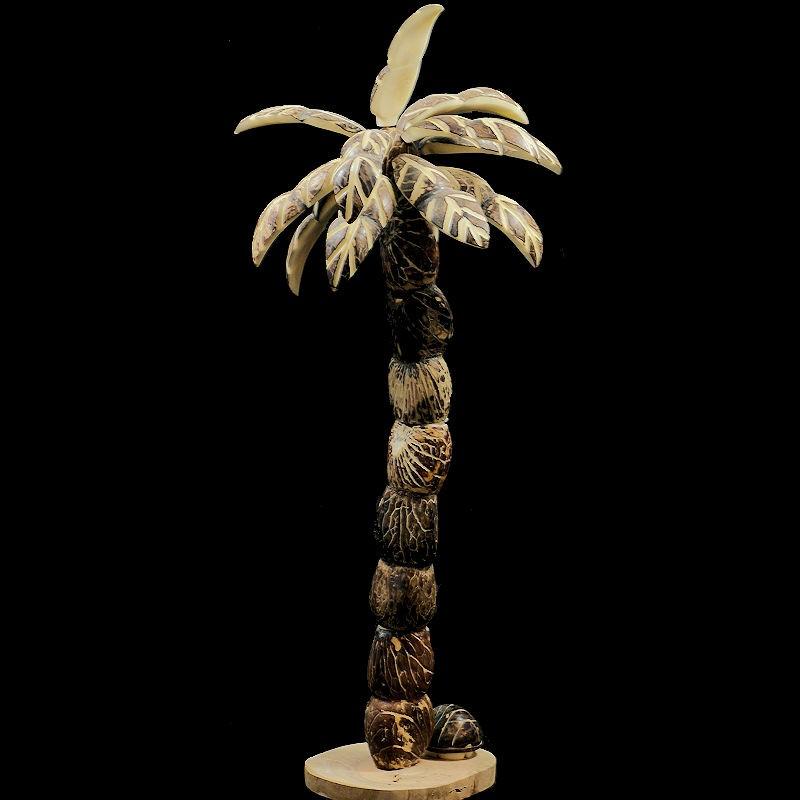 Grand arbre à tagua taillé dans sa graine