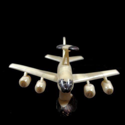 Avion taillé dans la graine de tagua