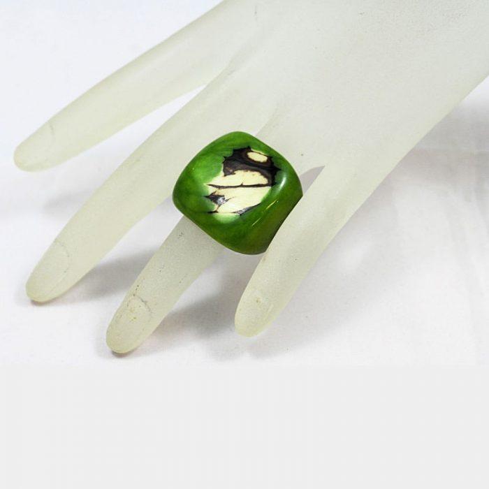 Bague en tagua teintée vert