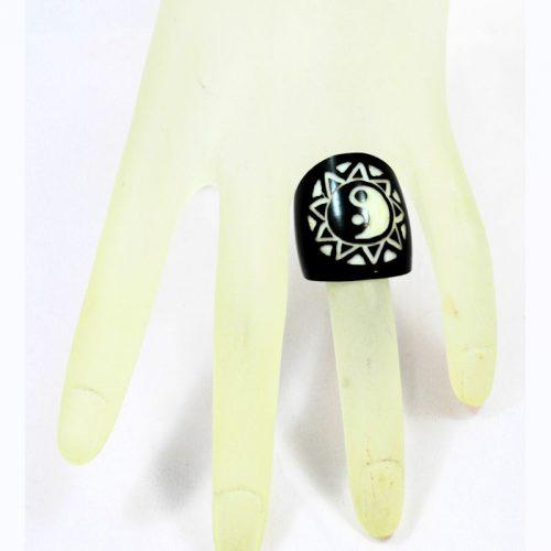 Gravure laser yin yang sur bague en tagua