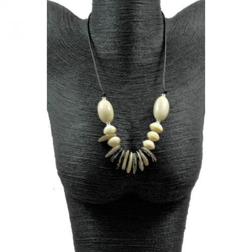 Collier perles de tagua et graines exotiques