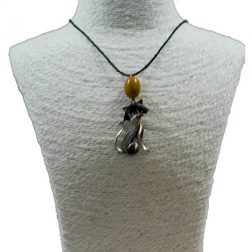Pendentif chat en alliage et perle de tagua teintée orange
