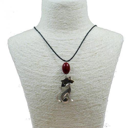Pendentif chat en alliage et perle de tagua teintée rouge