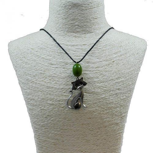 Pendentif chat en alliage et perle de tagua teintée vert